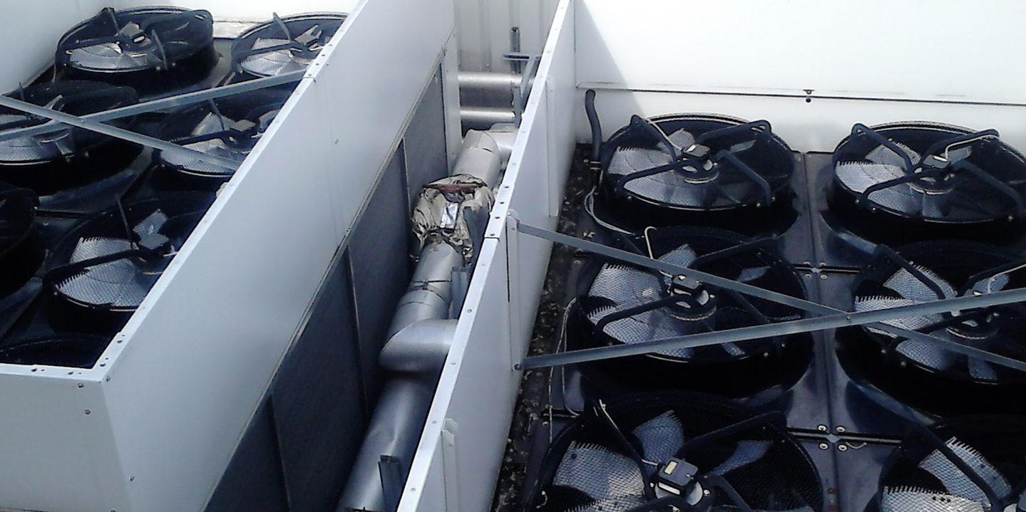 Mantenimiento, reparación y servicio de enfriadora empaquetada que muestra la parte superior de los ventiladores