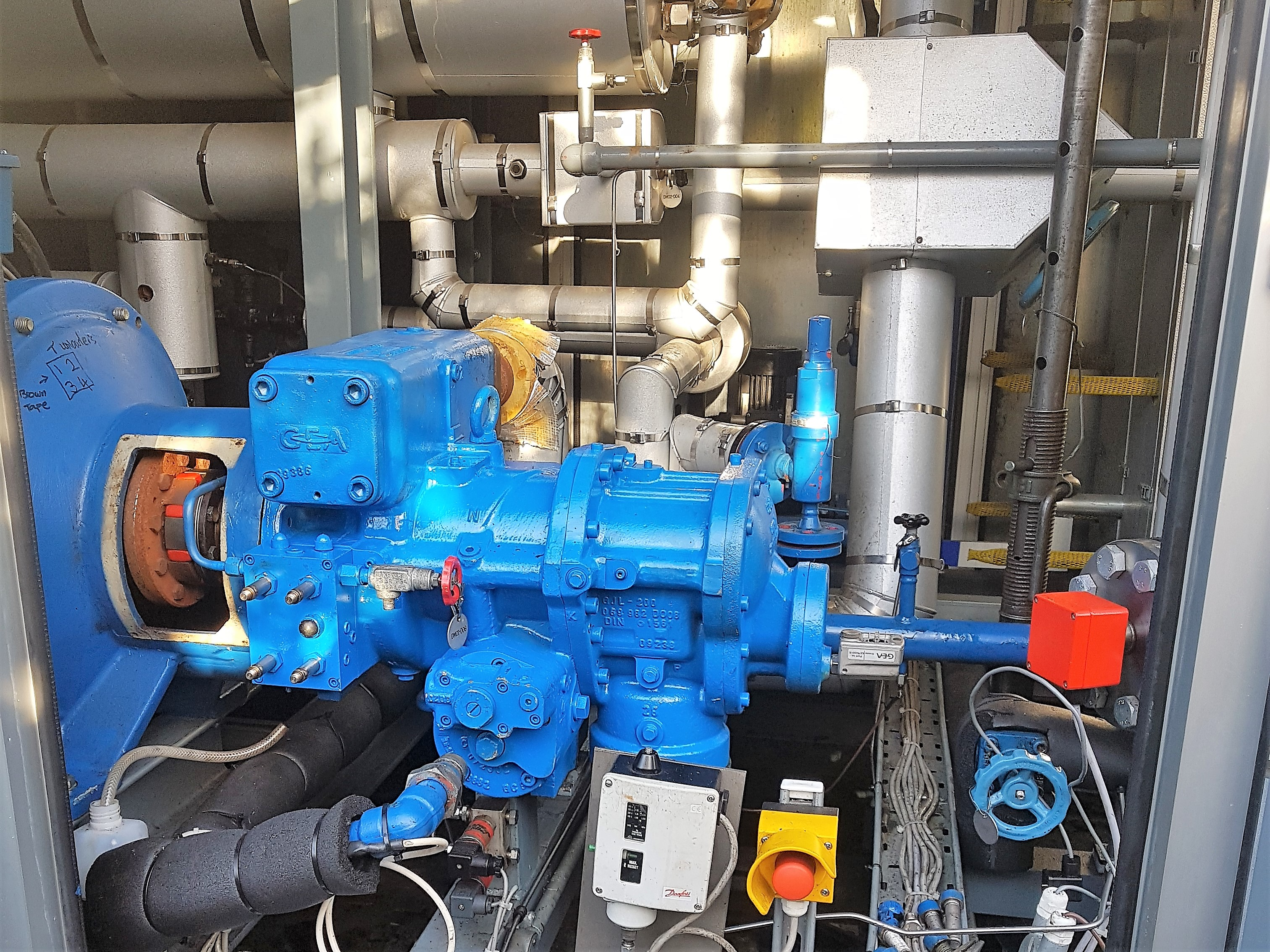 Compresor de frio industrial Grasso dentro de la enfriadora que se está preparando para ser levantado
