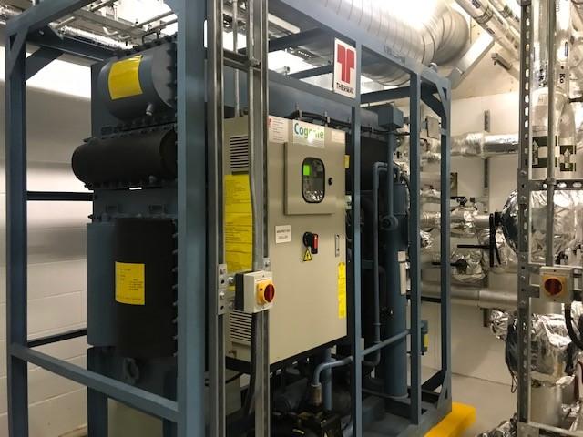 Servicio de enfriadora de absorción, mantenimiento y reparación en la sala de plantas que muestra el panel de control