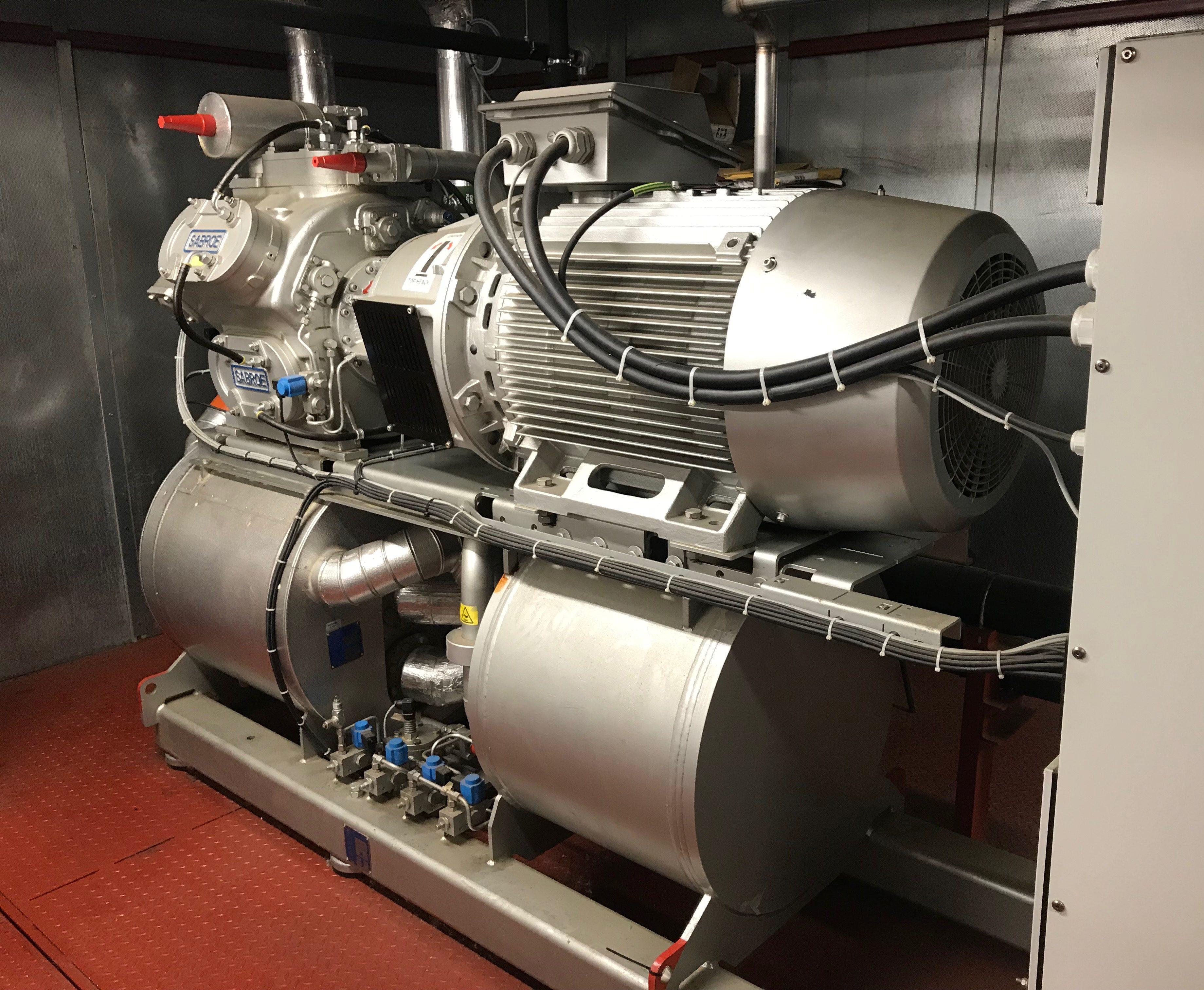 Una planta de frio industrial de color plata con cables conectados al panel de arranque