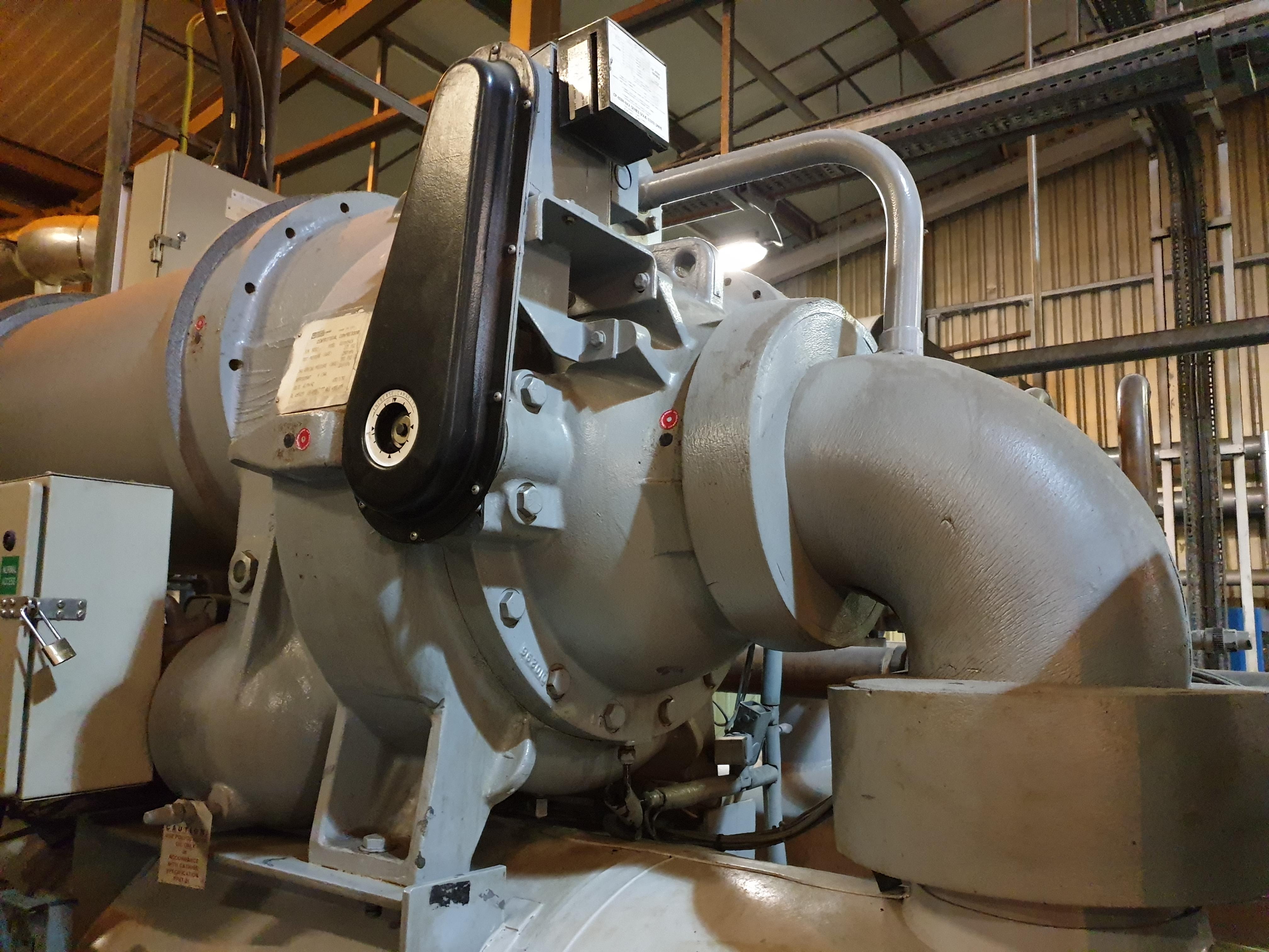 Reconstrucción del compresor centrífugo del compresor gris en la sala de la planta