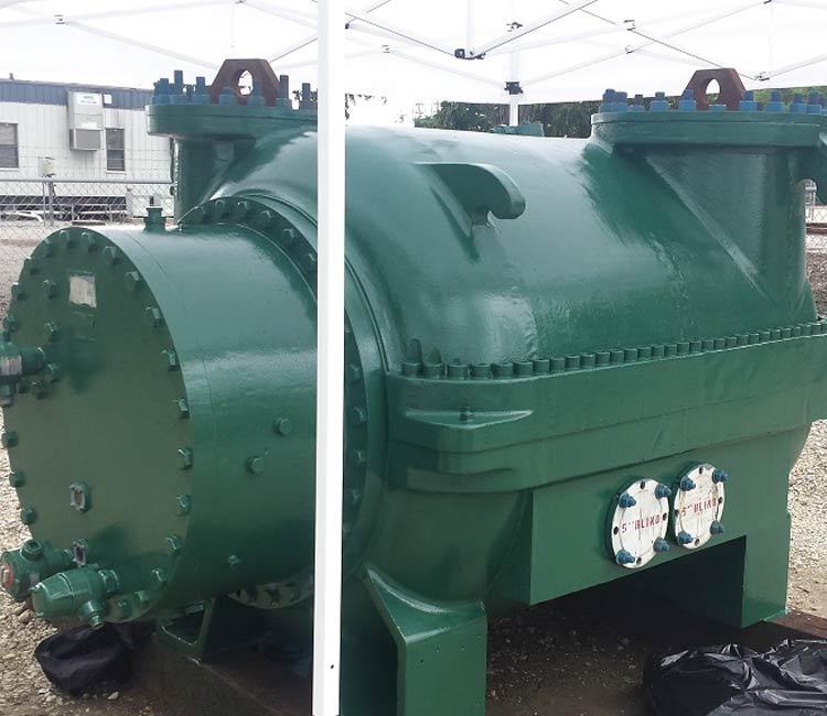 Compresor multietapa reconstruida en verde en el área de almacenamiento